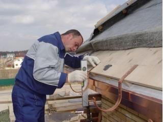 Монтаж водостока для крыши своими руками: инструкция